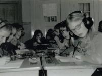 Emmaschool  1974 les met koptelefoons
