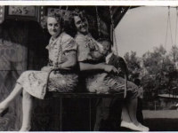 Feest 1939 in zweefmolen Griet Santema en Anne