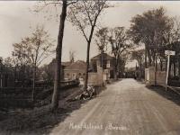 waltawei-1926-brug-met-meisjes-er-voor-in-de-berm